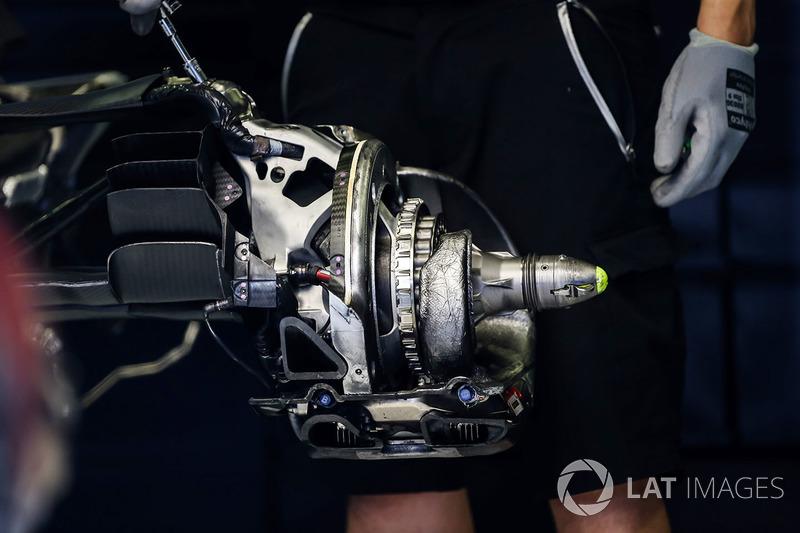 Red Bull Racing RB13 detalle de eje freno y rueda trasera