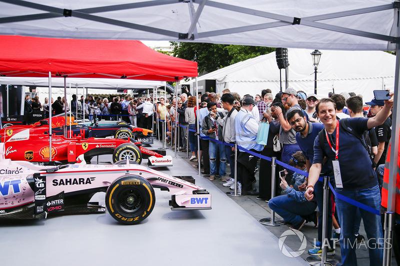 El Sahara Force India F1 VJM10 en el stand de los equipos