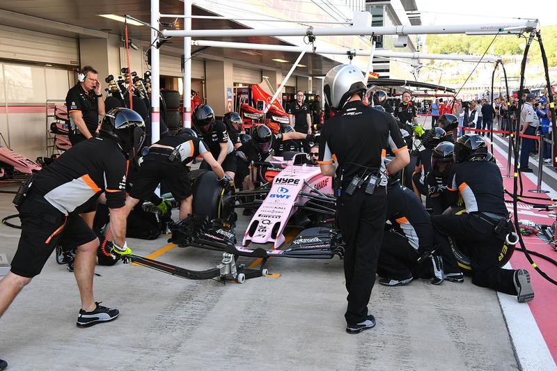 Los mecánicos de Force India practican una parada