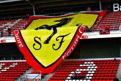 Ferrari-Banner auf den Tribünen