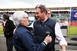 (L to R): Bernie Ecclestone, with Nigel Mansell, FIA Steward on the grid