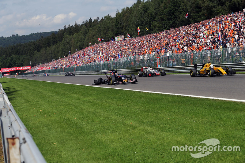 Kevin Magnussen, Renault Sport F1 Team RS16 mentre Carlos Sainz Jr., Scuderia Toro Rosso STR11 subisce una foratura