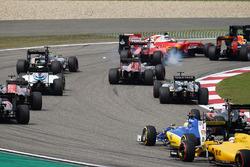 Контакт на старте между Себастьяном Феттелем, Ferrari SF16-H и Кими Райкконеном, Ferrari SF16-H
