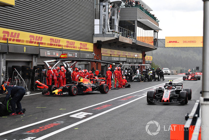 Max Verstappen, Red Bull Racing RB14 and Kevin Magnussen, Haas F1 Team VF-18
