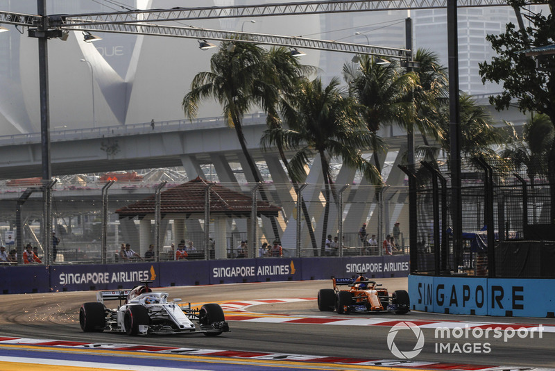Marcus Ericsson, Sauber C37 and Fernando Alonso, McLaren MCL33