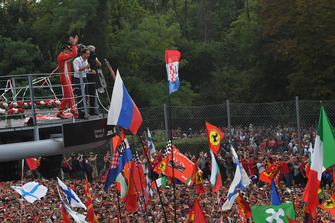Druhé miesto Kimi Raikkonen, Ferrari oslavuje na pódiu s Felipe Massa
