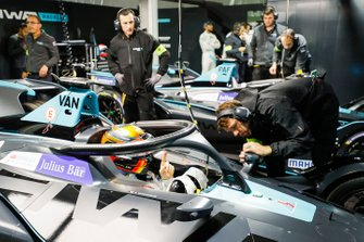 Stoffel Vandoorne, HWA Racelab, VFE-05 makes some adjustments in the garage