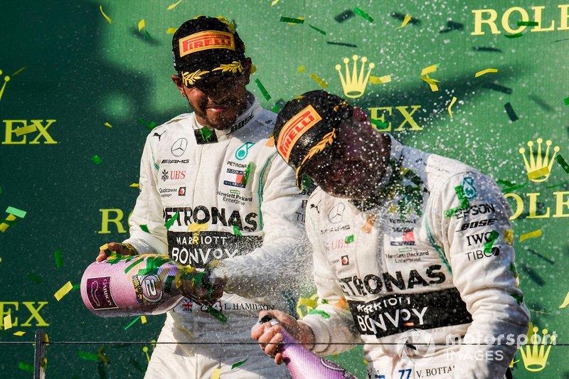 Le deuxième, Lewis Hamilton, Mercedes AMG F1, asperge le vainqueur Valtteri Bottas, Mercedes AMG F1, avec du champagne sur le podium