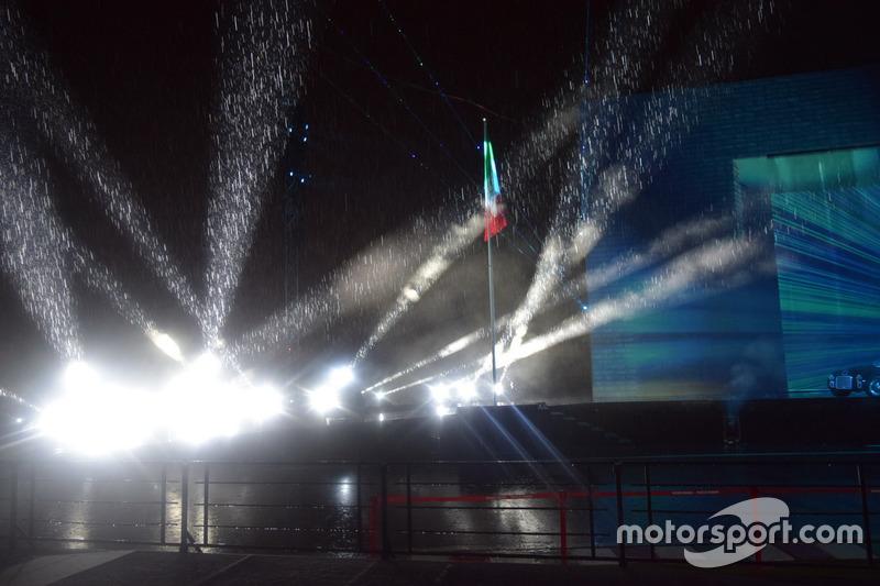 Дощ під час шоу