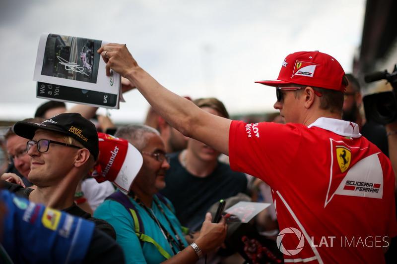 Кімі Райкконен, Ferrari, роздає автографи