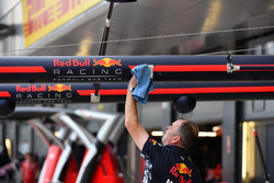 Red Bull Racing mecánico limpia pluma caja de boxes