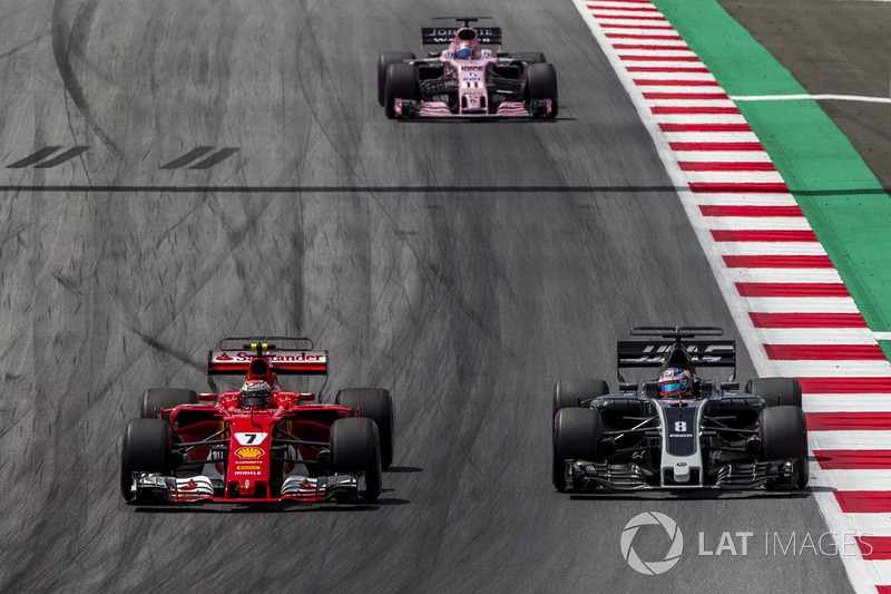 Kimi Raikkonen, Ferrari SF70H, Romain Grosjean, Haas F1 Team VF-17