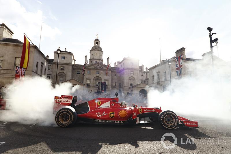 Себастьян Феттель (Ferrari) крутить