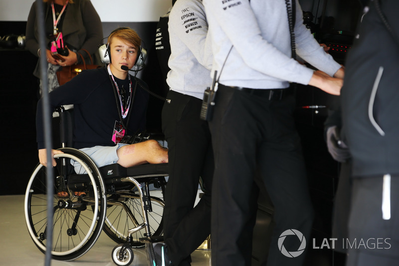 El piloto de Fórmula 4 Británica Billy Monger visita el garaje de AMG Mercedes