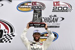 Yarış galibi Darrell Wallace Jr., MDM Motorsports Chevrolet