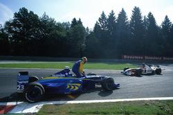 Ricardo Zonta, BAR 01-Supertec, es rebasado por su compañero de equipo Jacques Villeneuve, BAR 01-Su