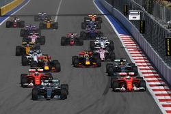 Valtteri Bottas, Mercedes AMG F1 W08; Sebastian Vettel, Ferrari SF70H