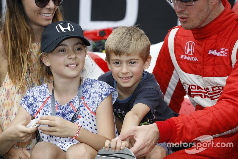Sébastien Bourdais, Dale Coyne Racing Honda con su esposa Claire, hija Emma, e hijo, Alexander