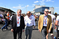 Chase Carey, CEO en voorzitter van de Formula One Group, Luca Colajanni, Formula One Senior Communications Officer en Sean Bratches, Formula One Managing Director, Commercial Operations op de grid