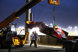 Маршалы убирают с трассы разбитый Red Bull Racing RB13 Макса Ферстаппена