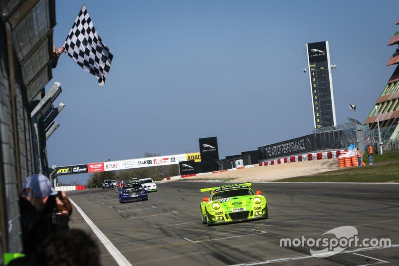 Zielflagge für #911 Manthey Racing, Porsche 911 GT3 R: Frédéric Makowiecki, Richard Lietz