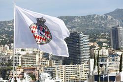 Le drapeau monégasque flotte au-dessus du Port