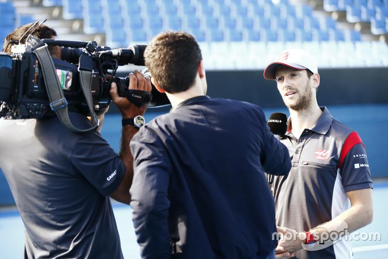 Romain Grosjean, Haas F1 Team, es entrevistado previo a su partido ante Dylan Alcott, Campeón paralímpico australiano