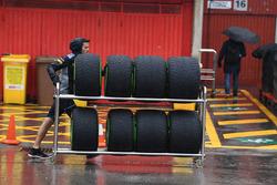 Meccanico Scuderia Toro Rosso e le gomme Pirelli