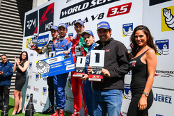 Podium : le vainqueur Matevos Isaakyan, AVF, le deuxième, René Binder, Lotus, le troisième, Alfonso Celis Jr., Fortec Motorsports, avec le rookie Diego Menchaca, Fortec Motorsports