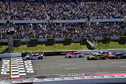 A general view of the start with Kyle Busch, Joe Gibbs Racing Toyota leading