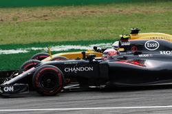 Jenson Button, McLaren MP4-31 y Kevin Magnussen, Renault Sport F1 Team RS16 batalla por la posición