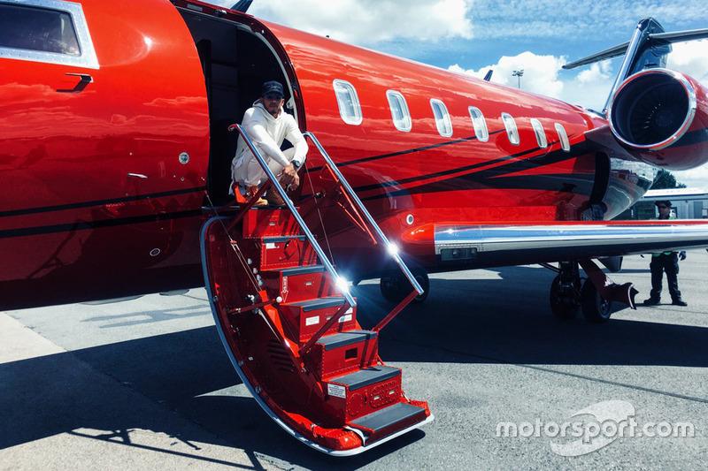 El inglés en las escalerillas de su jet privado