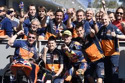 Sieger Brad Binder, Red Bull KTM Ajo feiert mit dem Team
