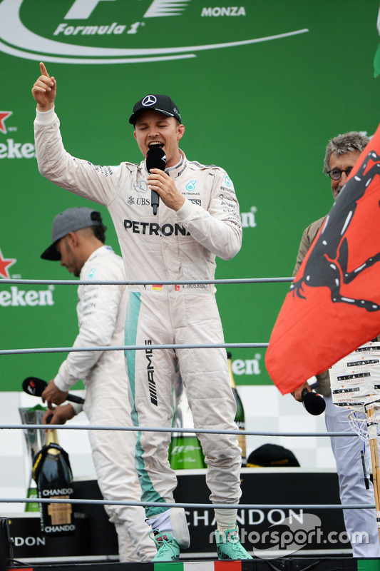Race winner Nico Rosberg, Mercedes AMG F1 sings to the crowd on the podium