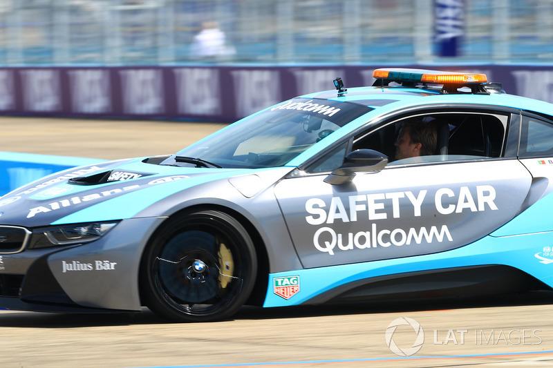 Nico Rosberg, campeón mundial de Fórmula 1, inversionista de Fórmula E, conduce el coche de seguridad BMW i8 Qualcomm