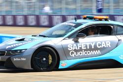 Ніко Росберг, чемпіон Ф1, інвестор ФЕ, за кермом автомобіля безпеки BMW i8 Qualcomm