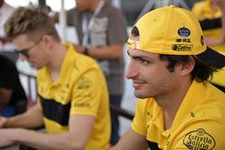 Carlos Sainz Jr., Renault Sport F1 Team lors de la séance d'autographes