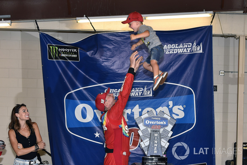 1. Kyle Busch, Joe Gibbs Racing, Toyota Camry, mit Ehefrau Samantha und Sohn Brexton
