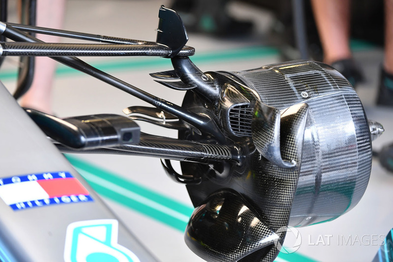 Mercedes-AMG F1 W09 front wheel hub and brake duct detail