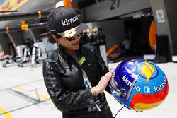 Actress Carina Lau met de helm van Fernando Alonso, McLaren