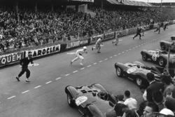 Start: drivers run to their cars