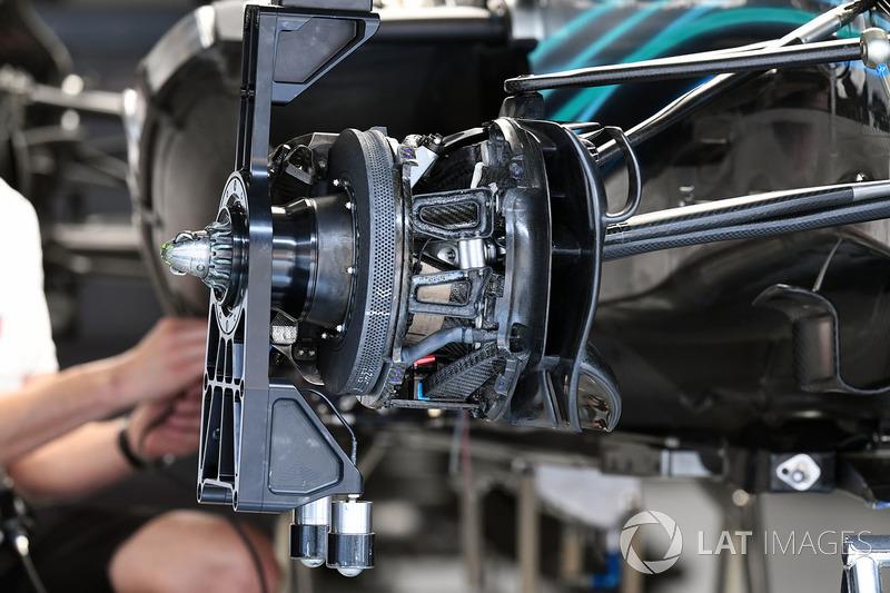 Mercedes-AMG F1 W09 EQ Power freno delantero y detalle del cubo de la rueda