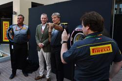 Sean Bratches, commercieel directeur Formule 1, Roberto Boccafogli, Pirelli hoofd f F1 Communications en Mario Isola, Pirelli sportief directeur, tijdens de presentatie van de 2018-banden