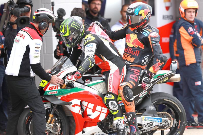 Bradley Smith, Red Bull KTM Factory Racing, es llevado al box por Crutchlow después de la caída