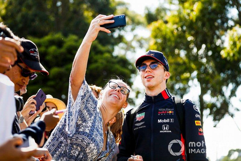 Pierre Gasly, Red Bull Racing posa para una selfie con un fan