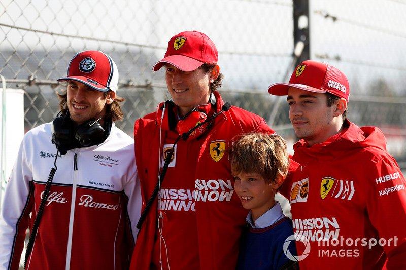 (Da sx a dx): Antonio Giovinazzi, Alfa Romeo Racing e John Elkann, Presidente FIAT, con il figlio e Charles Leclerc, Ferrari