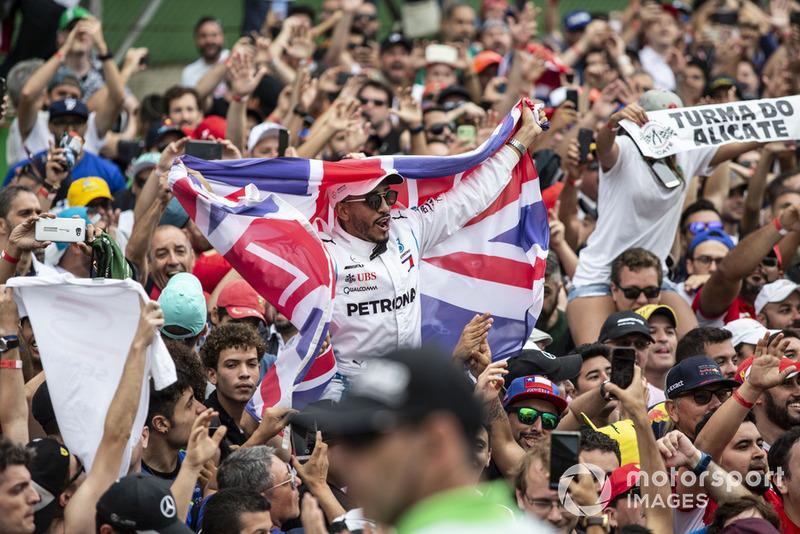 Un fan de Lewis Hamilton, Mercedes AMG F1 avec l'Union Jack