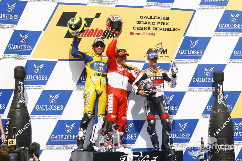 Podio: 1º Loris Capirossi, 2º Valentino Rossi, 3º Dani Pedrosa