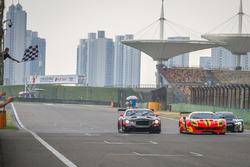 Yarış galibi #37 BBT Ferrari 488 GT3: Davide Rizzo, Anthony Liu, 2. #9 Absolute Racing Bentley Conti
