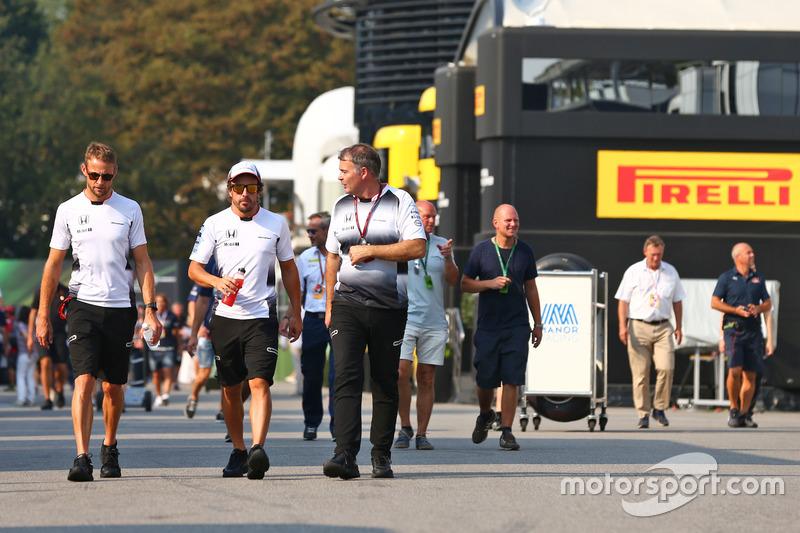 (Da sx a dx): Jenson Button, McLaren con Fernando Alonso, McLaren e Dave Redding, Direttore sportivo McLaren